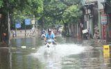 """Video: Hàng trăm hộ dân Hà Nội vẫn ngập trong """"biển nước"""" sau bão số 3"""
