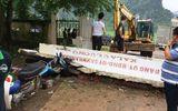 Xe kéo tông sập cổng UBND, thiệt hại nhiều tài sản