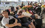 Biểu tình tại sân bay quốc tế Hong Kong: Hành khách vật vờ, mệt mỏi do hơn 300 chuyến bay bị hủy