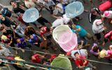 Video: Cả phố hỗn loạn vì thanh niên đua nhau dùng vợt tự chế tranh nhau nhặt tiền cúng cô hồn
