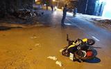 Truy đuổi cướp trên đường, cô gái tông vào xe máy khác rồi lao xuống cống