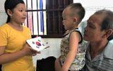"""Choáng với """"thần đồng"""" 2 tuổi ở Hậu Giang đọc báo và phát âm tiếng Anh vanh vách"""
