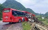 Tin trong nước - Hòa Bình: Đang đỗ bên đường, xe tải bị ô tô khách tông từ phía sau, 16 người thương vong