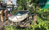 Tin trong nước - TP. HCM: Mất lái, ô tô Camry húc bay dải phân cách khiến người đi đường hoảng hốt