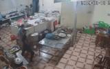 Video: Nữ nhân viên trạm dừng nghỉ bị thanh niên xăm trổ tạt axit thẳng vào mặt