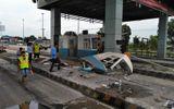 Xe container tông nát cabin thu phí cao tốc TP.HCM - Trung Lương