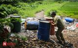 Hàng loạt thùng phuy nghi chứa hóa chất độc hại bị đổ trộm ra Đại lộ Thăng Long