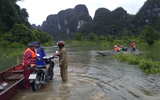 Quảng Bình: Kịp thời điều ca nô đưa 2 sản phụ chuyển dạ trong cơn lũ đến bệnh viện