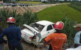 Quảng Ngãi: Ô tô bị tàu hỏa tông văng xuống ruộng lúa, tài xế nguy kịch