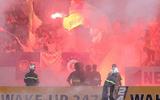 Truyền thông quốc tế sửng sốt với sự cố pháo sáng ở sân Hàng Đẫy