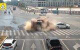 """Ôtô - Xe máy - Tài xế ôtô con chạy xe kiểu """"tự sát"""", suýt bị xe ben chở cát nghiền vụn"""