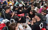 """Hàng trăm """"thợ săn"""" iPhone 11 đổ xô về Singapore, xếp hàng trước cửa Apple Store"""