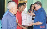 Việc tốt quanh ta - Chủ tịch Hội Nông dân Việt Nam trao quà người dân vùng lũ Hà Tĩnh, Quảng Bình