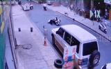 Video-Hot - Video: Vụ nổ kinh hoàng thổi tung cánh cửa, hất văng người đàn ông xuống đường