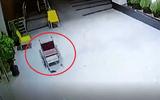 Video: Bất ngờ chiếc xe lăn trong bệnh viện tự lăn bánh dù không có ai động vào