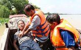 """An Giang: Đội cứu hộ """"tóc bạc"""" trên sông Vàm Nao"""