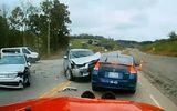 Video: Rẽ trái không quan sát, ôtô con bị tông nát đầu