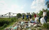 Việc tốt quanh ta - Hà Nội: Hàng trăm tình nguyện viên chung tay làm sạch sông Hồng, cầu Long Biên