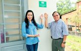 Giáo sư Hà Tôn Vinh cùng NSƯT Trịnh Kim Chi trao nhà tình thương