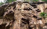Video-Hot - Video: Hơn 20 quan tài cổ đại bí ẩn nằm lơ lửng trên vách đá