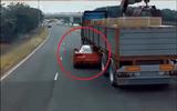 Ôtô - Xe máy - Video: Tài xế lái Ferrari liều lĩnh chui qua gầm container khi bị cảnh sát truy đuổi