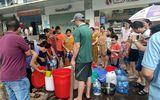 Đời sống - Dân chung cư Hà Nội chen chân, dầm mưa xếp hàng xách từng can nước như thời bao cấp