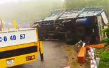 Tin tức tai nạn giao thông mới nhất hôm nay 18/10/2019: Lật xe chở gỗ, hai vợ chồng tử nạn