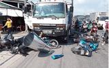 Long An: Mất lái, ô tô tải tông 7 xe máy đang chờ đèn đỏ khiến 11 người bị thương