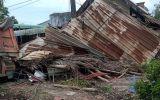 Bình Dương: Container đâm xe ben, tông sập nhà dân, tài xế mắc kẹt trong cabin