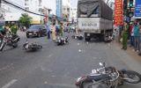 An Giang: Xe tải tông 6 xe máy đang dừng đèn đỏ, 4 người bị thương