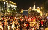 """Phố đi bộ Nguyễn Huệ lắp 5 màn hình LED """"khủng"""" trực tiếp trận Việt Nam - UAE"""