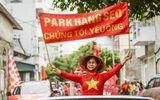 """Tin tức - CĐV Việt diễu hành khắp phố, """"nhuộm đỏ"""" Mỹ Đình cổ vũ tuyển Việt Nam"""