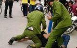 Tin trong nước - Thanh niên 9X chửi bới, dùng kéo tấn công Đại úy công an