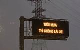 """Cao tốc Long Thành xuất hiện dòng chữ """"Trời mưa thì không lái xe"""" khiến tài xế bối rối"""