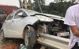 Tin tức tai nạn giao thông mới nhất hôm nay 27/11/2019: Ôtô đâm dải tôn bên đường, tài xế thoát nạn