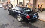 Đang chạy giữa đường, ô tô Mazda đột nhiên lao xiên sang bên, đâm gãy trục siêu xe Rolls-Royce