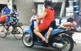 Cộng đồng mạng - Thót tim cảnh người phụ nữ chạy xe, buộc con nằm dài trên yên