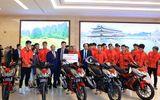 Truyền thông - Thương hiệu - Honda Việt Nam tặng thưởng các thành viên của Đội tuyển Quốc gia Nữ Việt Nam và Đội tuyển U-22 Việt Nam chúc mừng cho chiến thắng tại Seagames 30