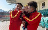 Danh tính em bé được các cầu thủ U23 Việt Nam ở Hàn Quốc tranh nhau bế chụp ảnh