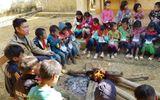 Ấm lòng hình ảnh thầy cô Sơn La đốt củi, xua tan sương giá cho học sinh