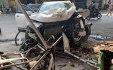 Honda CR-V lao như bay, tông thẳng vào salon tóc ven đường