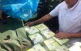 Truy bắt đối tượng bỏ lại 200kg ma túy trốn vào rừng
