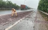 """CSGT """"đội mưa"""" dọn đất bùn rơi vãi trên quốc lộ, đảm bảo an toàn cho người đi đường"""