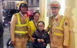 CSGT giúp đỡ bé gái 7 tuổi bị lạc trong đêm Noel