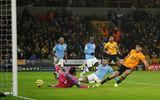 """Wolverhampton lội ngược dòng, Man City """"giương cờ trắng"""" trong cuộc đua vô địch"""