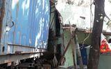 Bình Định: Xe đầu kéo tông sập 2 nhà dân, tài xế chết thảm trong cabin