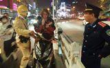 """Bị CSGT """"tuýt còi"""", chàng trai người Nga đứng yên trên đường, lấy đàn ra gảy"""