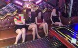 """Phát hiện 14 """"nam thanh nữ tú"""" phê ma túy trong quán karaoke"""