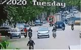 Video: Đánh lái tránh ô tô mở cửa đột ngột, người phụ nữ bị xe tải cán chết thương tâm
