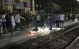 Đi bộ trên đường ray, người đàn ông bị tàu hỏa hất văng trong đêm